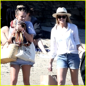 Robin Wright Meets Up With Daughter Dylan Penn at the Beach