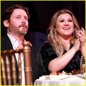 Kelly Clarkson's Friends Are 'Shocked' By the Divorce News