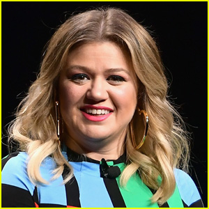 Kelly Clarkson Opens Up About Her 'Overwhelming' Year Amid Pandemic & Divorce