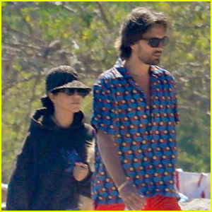 Kourtney Kardashian & Scott Disick Hang Out During Family Beach Day