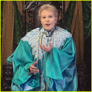 Fans Are Raving About Netflix's 'Mucho Mucho Amor' Documentary About Latin Astrologer Walter Mercado