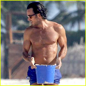 Quantico's Aaron Diaz Shows Off Ripped Body at the Beach in Cancun!