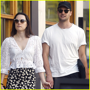 Daisy Ridley & Tom Bateman Continue To Fuel Marriage Rumors By Wearing Wedding Rings During Lunch