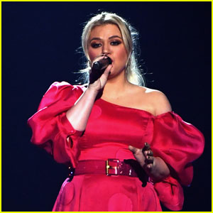 Kelly Clarkson Says Her First Album Since Filing for Divorce Is 'Very Honest'