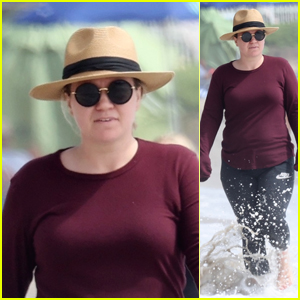 Kelly Clarkson Enjoys a Day at the Beach After Opening Up About Divorce on Her Show
