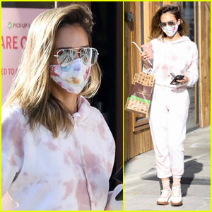 Jessica Alba Masks Up While Out Picking Up Lunch to Go