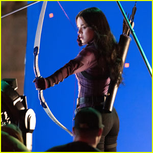 Hailee Steinfeld Gets In Target Practice with Her Bow & Arrow on 'Hawkeye' Set!