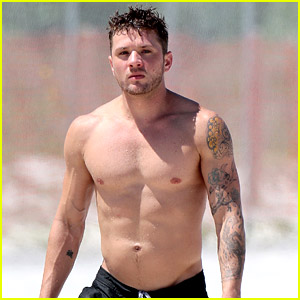 Ryan Phillippe Says He's Ready to 'Get Old,' Will Hold a Funeral for His Abs