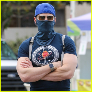 Joel McHale Shows Off His Buff Muscles During Trip to Farmer's Market