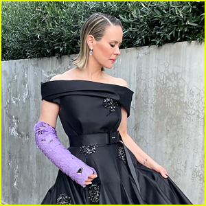 Here's Why Sarah Paulson Was Wearing a Cast During The Golden Globes 2021