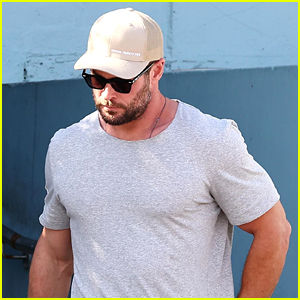 Chris Hemsworth Meets Up With Pals For Casual Sunday Lunch