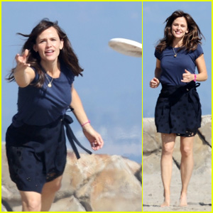 Jennifer Garner Throws a Frisbee During a Fun Family Photo Shoot at the Beach