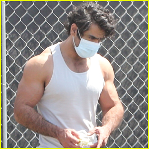 Kumail Nanjiani Shows Off His Bulging Biceps In These Hot New Photos!