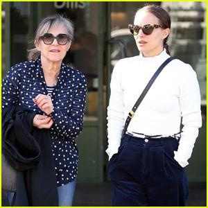 Natalie Portman Grabs Lunch with Her Mom in Bondi Beach