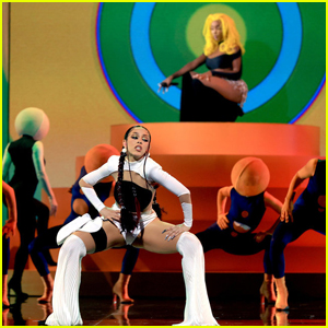 Doja Cat & SZA Burn Up the BBMAs 2021 Stage With 'Kiss Me More'!