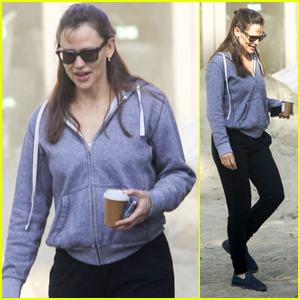 Jennifer Garner Checks Out the Construction on Her Home in L.A.