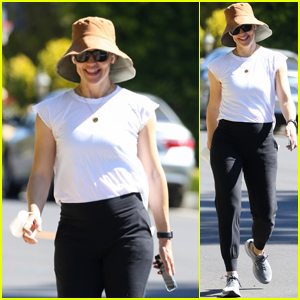 Jennifer Garner Soaks Up the Sunny Weather with a Walk in L.A.
